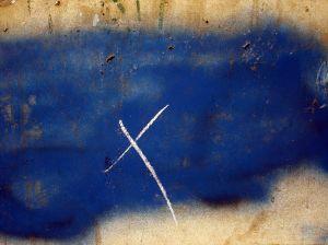 Kreuz vor blauem Hintergrund